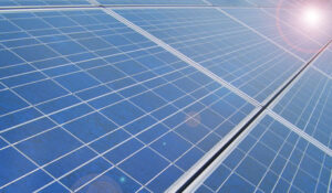 Solárne panely vesmírnej elektrárne zachytávajú fofóny a premieňajú ich na elektrickú energiu.