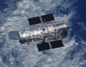 Hubblov vesmírny ďalekohľad. Bol to prvý väčší ďalekohľad vynesený do vesmíru. So svojim primárnym zrkadlom s priemerom 2,4m objavil množstvo zaujímavých vesmírnych objektov. Pôvodne bol v pláne ešte väčší ďalekohľad s 3m veľkým primárnym zrkadlom a menším zameriavacim teleskopom, ale pre finančnú náročnosť celého projektu sa od toho upustilo.