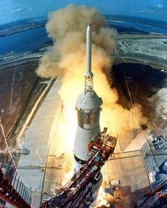 Ikonická fotografie startu Apolla-11 s věžičkou LES na vrcholu kabiny