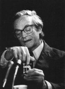 Feynman během své demonstrace s kusem O- kroužku a ledovou vodou