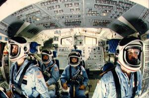 Horní (letová) paluba Challengeru: (zleva) Smith, Onizuka, Resnik, Scobee