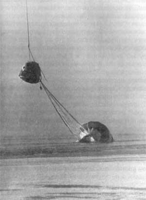 Návratový modul Sojuzu-23 v podvěsu pod vrtulníkem, ve vodě záložní padák, který byl důležitým faktorem dramatu.