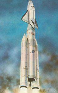 Raketoplán Hermes štartujúci na špici európskej rakety Ariane 5