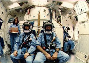 """Střední """"middeck"""" paluba Challengeru: (zleva) Morgan (letu se neúčastnila- byla náhradnicí McAuliffe), McAuliffe, Jarvis, McNair"""