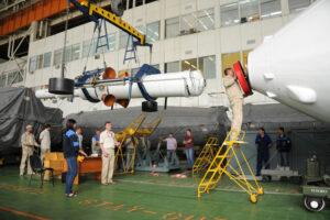 Připojování věžičky SAS k Sojuzu v montážní hale MIK