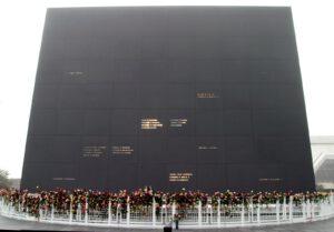 Památník zesnulých astronautů v KSC. Tabule, ve které jsou proražena jména všech amerických astronautů, kteří zahynuli při misi, či během výcviku, se neustále otáčí tak, aby jmény prosvítalo slunce