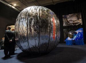 Rozměrově reálná maketa modulu BEAM. Tato nafukovací struktura by se mohla za dva roky stát dočasnou součástí ISS.