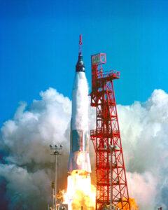 """Raketa """"Atlas A"""" pri svojom prvom štarte. Prvé Atlasy mali otrasnú spoľahlivosť. Momentálne sa používa raketa Atlas 5 ktorá vyniesla do vesmíru napríklad aj Curiosity."""