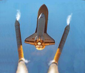 Od amerického raketoplánu sa oddeľujú pomocné úrýchľovacie bloky na tuhé palivo. Bezpečné oddeľujú štvorica motorov na boku.