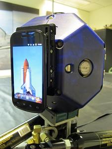 SPHERES s připojeným mobilem NEXUS-S zdroj:nasa.gov