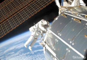 Kozmonaut pri výstupe z medzinárodnej vesmírnej stanice ISS. Raz sa takéto výstupy stanú rutinou.