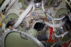 Interiér spojovacího uzlu Miru- všimněte si kabelů a hadic v průlezech do modulů.