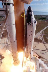 Start mise STS-107. Kroužkem je označeno místo, odkud odpadla pěna.