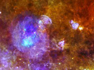 W44 stokrát jinak. tento snímek vznikl kombinací dat kombinací dat z observatoře Herschel a XMM-Newton, obě sondy jsou pod hlavičkou ESA. Hershel je infračervená observatoř, jehož zrcadlo je zatím největší na oběžné dráze.