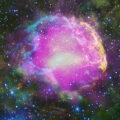 Opět kompozitní snímek mlhoviny IC 443 známé také jako Medůza. GeV gama emise zobrazená pomécí přístrojů Fermi je v půrpurové barvě, optické vlnové délky jsou žluté, a infračervená data ze Wide-field NASA Infrared Survey Explorer (WISE), jsou zobrazena jako modré (3,4 mikronů), azurová (4,6 mikronů), zelené (12 mikronů ) a červená (22 mikronů).