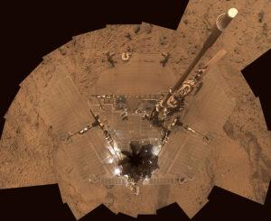 Takto zanesené boli solárne panely roveru Spirit po celoplanetárkej prachovej búrke.