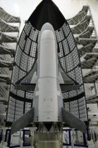 Americký amádny miniraketoplán X-37B v aerodynamickom kryte rakety Atlas-5.