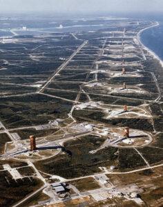 Fotka niektorých odpaľovacích rámp amerického kozmodrómu Cape Canaveral.