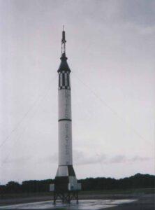 Rakety Mercury Redstone Umožnila Američanom dostať sa na krátku chvíľu do vesmíru. Všimnite si maličkú odpaľovaciu plošinu. Tá je taká malá preto, lebo Redstony sa naprv vyvíjali ako balistické rakety, ktorých obsluha musí byť čo najjednoduchšia.