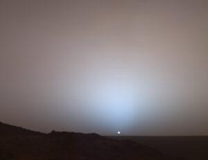 Nádherný záber západu Slnka vytvorený roverom Spirit v krátery Gusev.