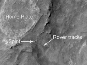 Fotografia vytvorená z obežnej dráhy Marsu sondou Mars Odyssey. Môžete na nej vidieť útvar Home Plate, koľaje a dokonca aj samotný Spirit.