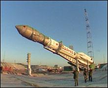 Vztyčovanie rakety Proton-K na odpaľovacej plošine.
