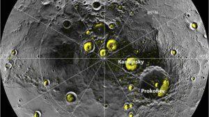 Mapa kráterů v polárních oblastech Merkuru, které jsou stále ve stínu.