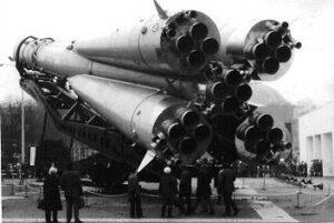 Raketa Vostok naložená na lokomotíve cestuje na odpaľovaciu plošinu. Všimnite si charakteristické štvorsegmentové motory.