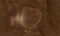 Plošina Home Plate odfotená družicou Mars Odyssey. Lokalita Troy je na snímku farebne označená.