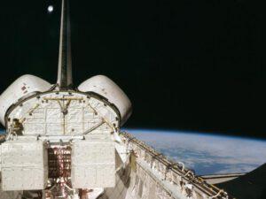 Chybějící dlaždice LRSI při misi STS-1