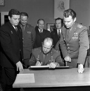 Podepisování návštěvní knihy v Gagarinově pracovně