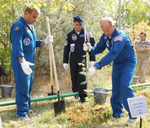 Posádka Sojuzu TMA-16 sází stromy v aleji u hotelu Kosmonaut