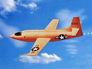 Bell X-1. Prvé lietadlo z rady takzvaných x-projektov, v rámci ktorých sa vyvinula aj prvá neviditeľná stíhačka Blackbird.
