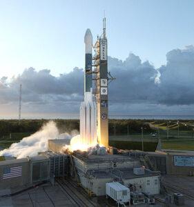 Raketa Delta II ve variantě 7925H právě startuje. Na její palubě je sonda Dawn.