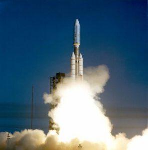 Raketa Titan-3E vynáša do vesmíru sondu Voyager 1