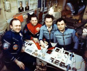 Posádka Sojuzu-28 (vlevo) a základní posádka Saljutu-6 Romaněnko (zcela vpravo) a Grečko