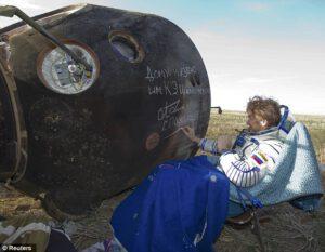 ...ještě podpis na plášť Sojuzu TMA-04M...