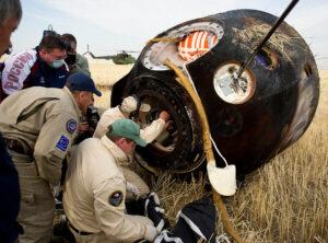 Návratová kabina lodi Sojuz po přistání. Je to kapsle? Možná ano, ale říkejme raději návratová kabina, návratové pouzdro,či modul.