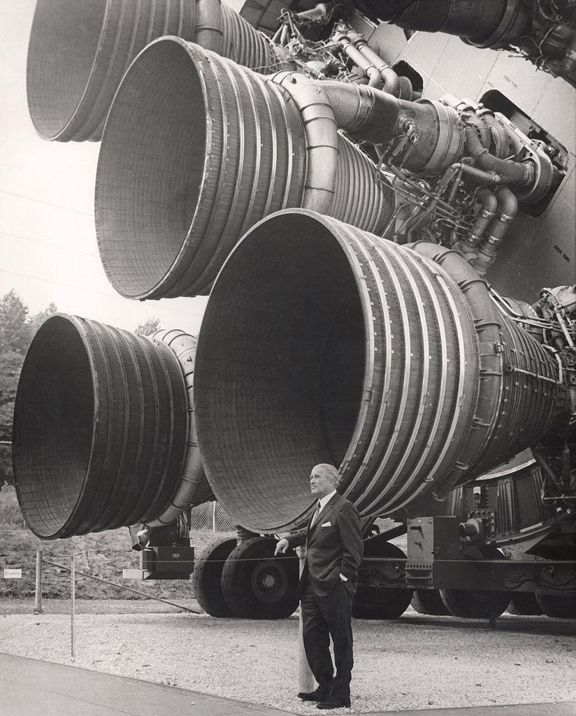 Wernher von Braun před spodní částí rakety Saturn V s pěticí motorů F-1.