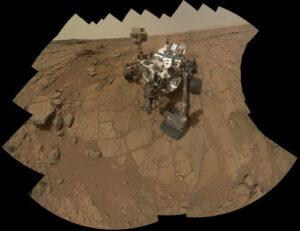 Autoportrét Curiosity na mieste John Klein, kde rover prvý krát vŕtal.
