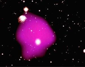 Kombinace snímku ve viditelném světle a v rentgenovém oboru, fialovou barvou je zobrazen horký mezihvězdný plyn jak byl pozorovaný sondou Rosat.