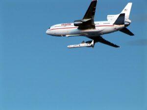 Raketa Pegasus tesne po oddelení od lietadla.