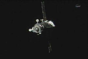 Sojuz s posádkou při přiblížení k ISS