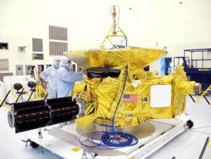 Plutonium 238 jako energetický zdroj používá i sonda New Horizons (zde vyfocená ještě během přípravy). MMRTG je vidět na levé straně. Je to ten černý válec.