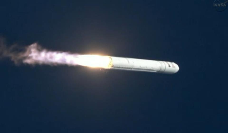 Raketa Antares během práce prvního stupně.
