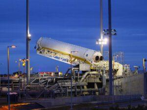 Vztyčování rakety Antares do svislé polohy<br>Zdroj: http://www.wrac.org.za/
