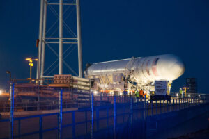 Noční převoz rakety na startovní rampu<br>Zdroj: http://sphotos-f.ak.fbcdn.net/