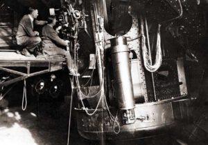 "Edwin Hubble a britský vědec James Jeans u ""2,5 metrového"" teleskopu na Mt. Wilson. zdroj:aip.org"