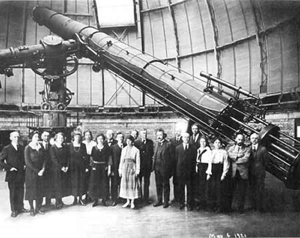 Společná fotografie v kopuli hvězdárny. Vpravo uprostřed Albert Einstein. zdroj:amazing-space.stsci.edu