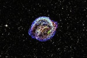 Červená, zelená a modrá barva zastupují odpovídající záření o nízkých, středních a vysokých energiích. Všechna data tentokrát obstarala slavná observatoř Chandra, hvězdné pozadí pochází z projektu DSS (Digitized Sky Survey).